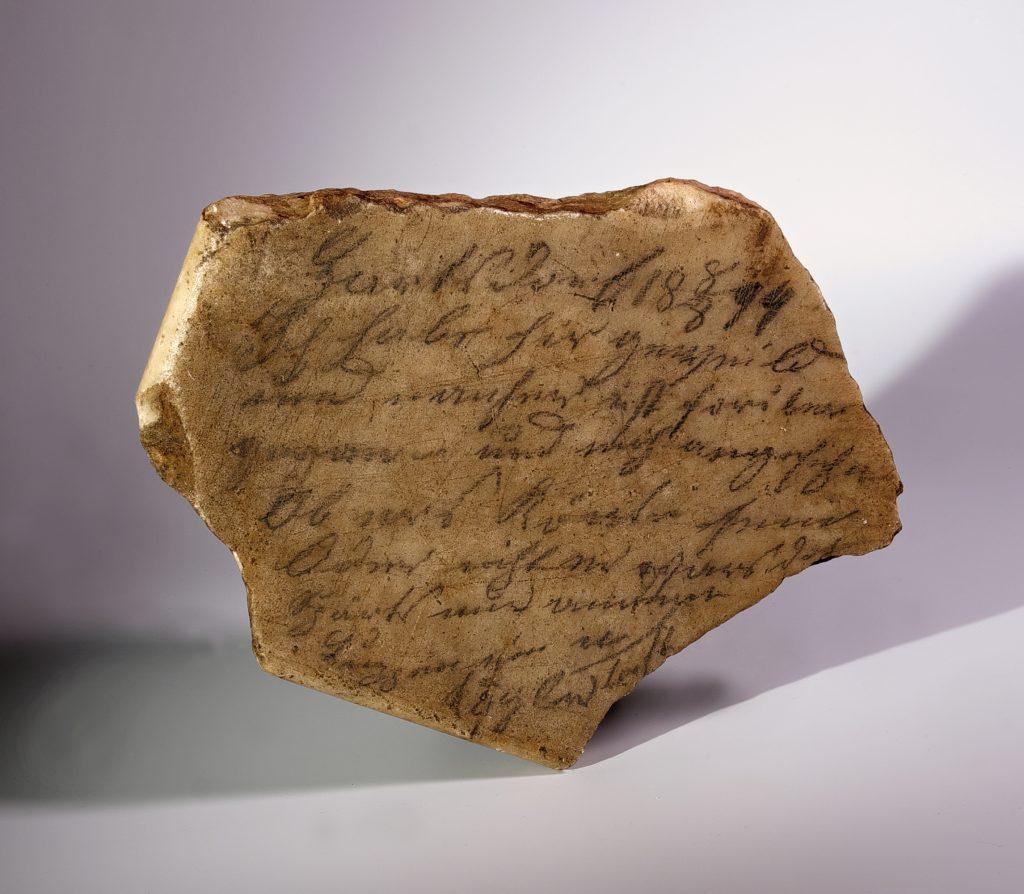Kámen s nápisem, který, jak bylo i řečeno při soudním přelíčení, měl napsat Kögler.