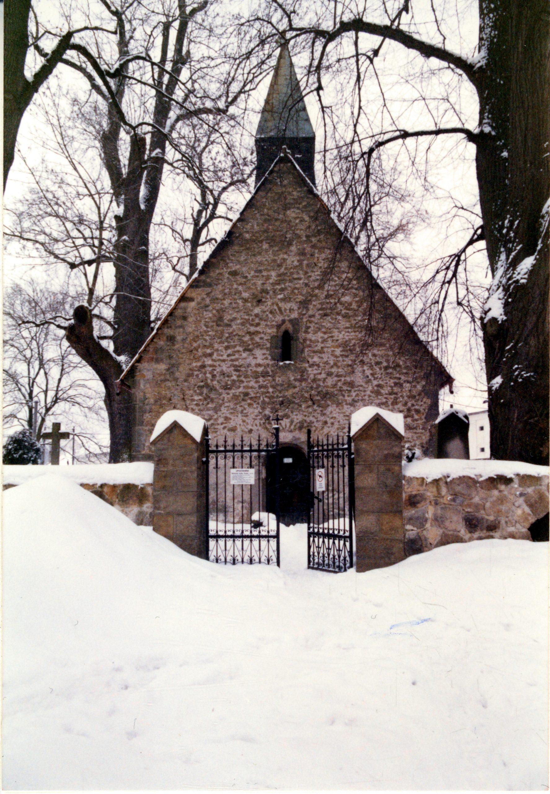 Kostel sv. Jana Křtitele v Turnově – Nudvojovicích na přelomu let 2001 a 2002, naleziště bronzového křížku.
