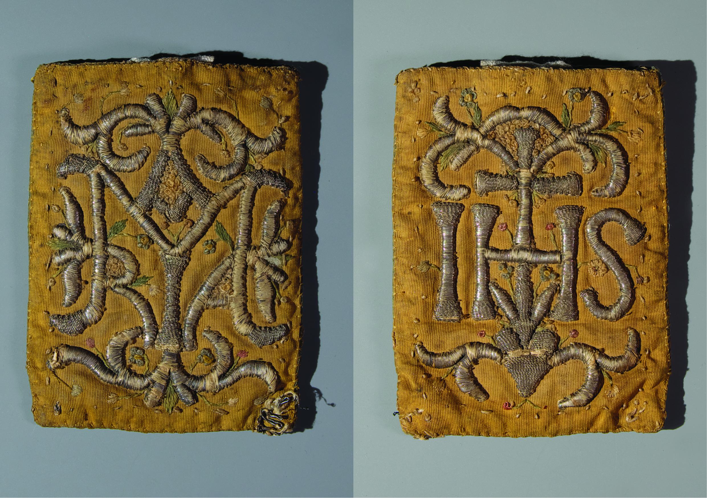 Amuletový škapulíř – textilní pouzdro z rypsu, výšivka stříbrným dracounem. Rozměry: 6,5 x 9 cm, Čechy, počátek 19. století Inv. č. UŘ 651