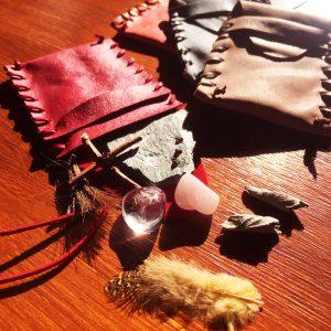 Amulet – doprovodná dílna k výstavě Na poslední cestě...