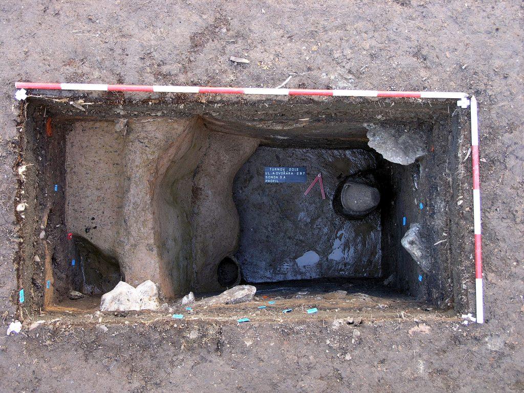 Středověká odpadní jímka